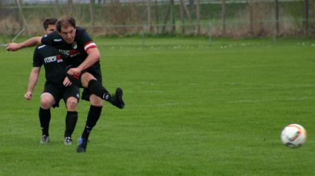 """Sprichwörtlich """"Gut in Schuss"""" sind derzeit die Fußballer des FSV Wehringen um Fabian Britsch (vorne) und Michael Kratzer, die am Wochenende den Tabellenführer TSV Königsbrunn zum Gegner haben."""
