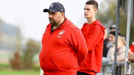 """Erwartet ein """"Spiel auf Augenhöhe"""": Trainer Tommy Mutzbauer (vorne) und der FC Rennertshofen erwarten am Sonntag den SV Klingsmoos."""