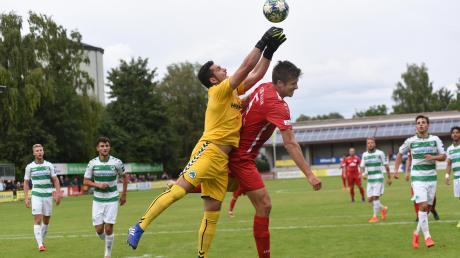 Während dem TSV Rain im Hinspiel kein Treffer gelang – Fabian Triebel zieht hier gegen Torwart Lucas Zahaczewski den Kürzeren – konnte Fürth II in der Nachspielzeit noch das Siegtor schießen.