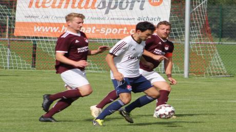 Zu diesem Zeitpunkt war für Hollenbachs Samuel Fischer (Mitte) gegen den FC Mertingen noch alles in Ordnung. Später verletzte er sich schwer.