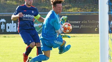 Nur vier Treffer hat der (zwischendurch auch länger verletzte) Günzburger Maximilian Lamatsch in der ersten Halbserie dieser Saison erzielt. Hier scheitert er am Mertinger Schlussmann Aivaras Brazinskas.