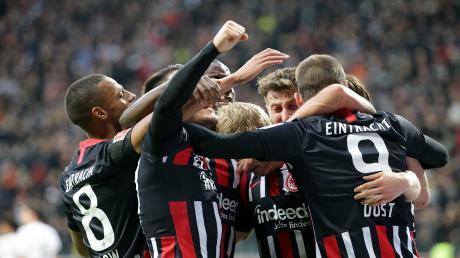 Jubel bei Eintracht Frankfurt. Martin Hinteregger freut sich über das Tor zum 4:1 mit seinen Teamkollegen.