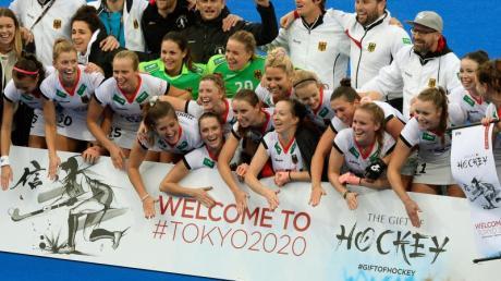 Die deutsche Hockey-Nationalmannschaft der Frauen jubelt nach dem 7:0 Sieg beim Hockeyländerspiel Deutschland gegen Italien. Foto: Roberto Pfeil/dpa