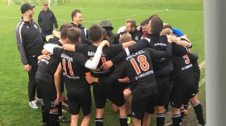 Nach dem spektakulären 5:2-Sieg beim BSK Olympia Neugablonz legten die Spieler des SV Cosmos Aystetten zusammen mit den Trainern Marco Löring und Aleksandar Canovic ein spontanes Tänzchen auf den Rasen.
