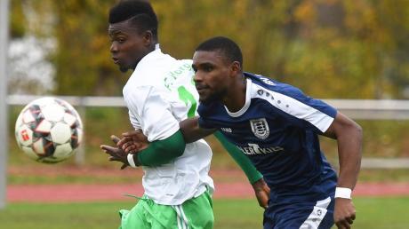 Nicht nur in diesem Laufduell hatte Omar Samouwel vom FC Horgau (links) gegen Hussein Kariwabo vom TSV Täfertingen die Nase vorne. Die Kleeblätter holten sich auch den Herbstmeistertitel.