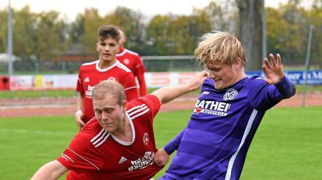 Durchsetzungsstark: Rainer Meisinger (rechts) und der VfR Neuburg gewannen beim SV Mering (Maximilian Lutz) mit 2:0.