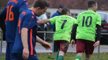 Jubelnd drehen Wörleschwangs Maximilian Demharter (Nr. 7) und Philipp Scherer (Nr. 10) nach einem der sieben Torerfolge gegen Langweid ab.
