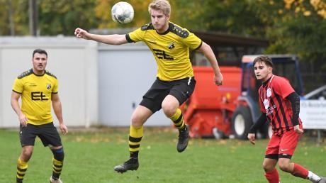 Große Sprünge machten Tobias Mayer und Spielertrainer Anil Zambak (links) mit dem TSV Leitershofen. Gegen den VfR Foret gab es für den Herbstmeister einen 4:1-Sieg.