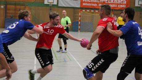 Yannick Braun (am Ball) und seinen Aichacher Teamkollegen ging in Haunstetten in der Schlussphase der Partie die Kraft aus. So häuften sich auch technische Fehler, die nicht ohne Konsequenzen blieben.