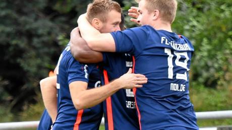 Das gab's noch nicht allzu häufig in dieser Bezirksliga-Runde: Günzburger Fußballer bejubeln nach dem Abpfiff einen Sieg.