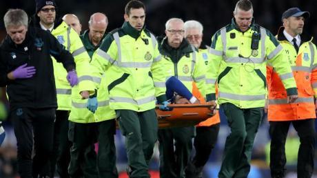 Evertons Andre Gomes wird von Sanitätern vom Feld getragen, nachdem er sich schwer am Knöchel verletzt hat. Foto: Nick Potts/PA Wire/dpa