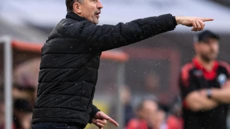 Kölns Trainer Achim Beierlorzer gestikuliert an der Seitenlinie. Foto: Marius Becker/dpa