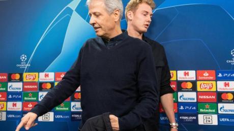 BVB-Trainer Lucien Favre (l) und Julian Brandt bei der Pressekonferenz.