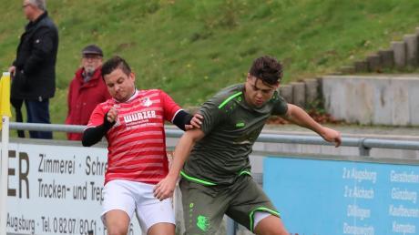 Stätzlings Robin Widmann (rechts) luchst hier dem Affinger Manuel Steinherr im Zweikampf den Ball ab. Stätzling siegt mit 2:0.