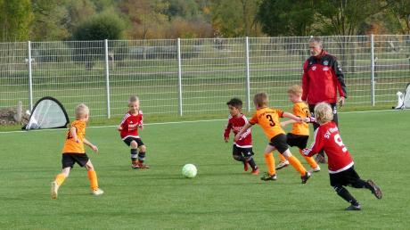 Fußball 3 ist eine neue Spielform für die kleinsten Fußballer – dabei geht es im Modus Drei gegen Drei auf kleine Tore.