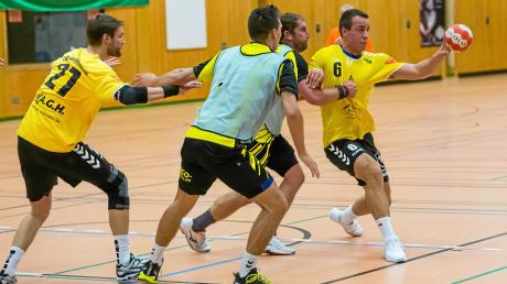 Kein Durchkommen: Auch ein treffsicherer Spieler wie Johannes Heimpel (am Ball) wurde von der Abwehr des TSV Ottobeuren 2 gestoppt, sodass der TSV Mindelheim eine 21:27-Niederlage hinnehmen musste.