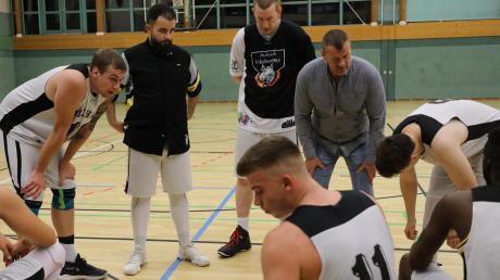 Teambesprechung bei den Basketballern des TSV Aichach: Die Korbjäger aus der Paarstadt stehen mit leeren Händen da.