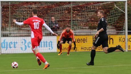 Nur wenig Freiraum bekam Aindlings Toptorjäger Simon Knauer (am Ball) gegen den VfL Ecknach. Am Ende siegten die Gäste verdient mit 4:1 und zogen in der Tabelle am Lokalrivalen vorbei.