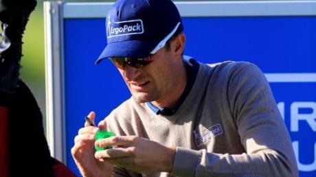 """Damit nicht versehentlich ein """"falscher Ball"""" gespielt wird: Sebastian Heisele beim Markieren seiner kleinen weißen Kugel für den nächsten Abschlag."""