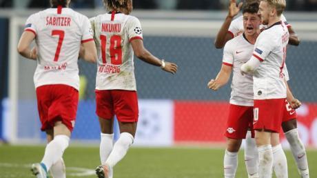 Die Spieler von RB Leipzig feiern ein Tor gegen Zenit St. Petersburg.