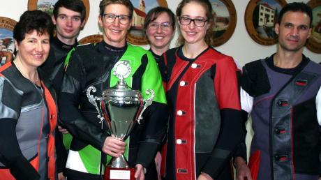 Stolz präsentierte Michaela Meier von den Tagbergschützen Gundelsdorf (Mitte) den Siegerpokal bei den Landkreismeisterschaften. Bei den Luftgewehrschützen ließ Meier unter anderem Teamkollegin Simone Westermair (rechts daneben) auf Platz drei hinter sich. Bundesligaschütze Erich Schallmair (rechts) wurde Vierter.