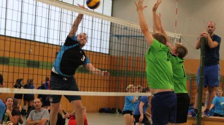Vier Punkte gab es für die Inchenhofener Volleyballer (links beim Herbstturnier in Aichach) zum Auftakt der Bezirksklasse-Saison in Ingolstadt. Am Wochenende geht es für die Leahader gleich weiter.