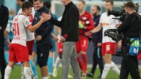 Auch in der Königsklasse durfte RB-Coach Julian Nagelsmann (r) mit seinen Spielern einen Sieg bejubeln. Foto: Jan Woitas/dpa