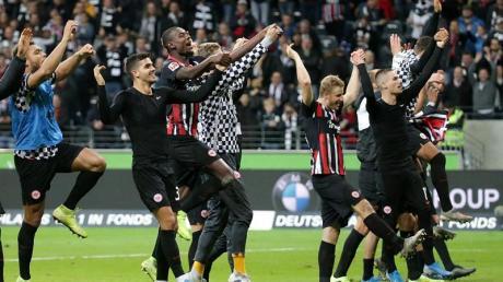 Die Eintracht-Spieler hoffen auch ohne Fans in Lüttich jubeln zu können. Foto: Hasan Bratic/dpa
