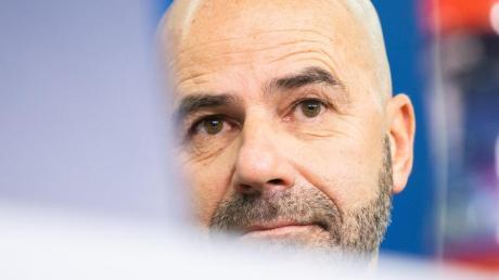 Trainer Peter Bosz braucht mit Bayer Leverkusen gegen Atlético Madrid einen Sieg. Foto: Marcel Kusch/dpa