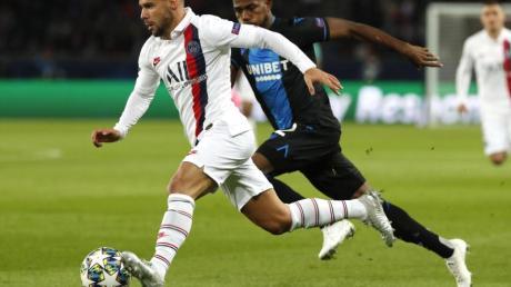 PSG-Spieler Juan Bernat (l) behauptet sich gegen Emmanuel Dennis vom FC Brügge. Foto: Thibault Camus/AP/dpa