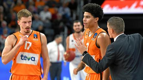 Ulms Killian Hayes (Mitte) wurde im Pokal gegen Oldenburg mal wieder von NBA-Scouts begutachtet.