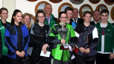 Mit dem großen Siegerpokal in der Mitte Lena Spicker vom Gau Friedberg (SG Ottmaring), links dahinter Gau-Jugendsportleiter Paul Schapfl.