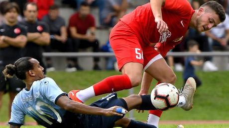 Türkspor Neu-Ulm in Rot und der Stadtrivale TSV führten im bisherigen Lauf der Saison einen Zweikampf.