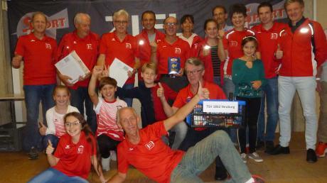 Freude beim TSV Neuburg: Die Mannschaft belegte in der Teamwertung des Sport-IN-Laufcups den zweiten Platz hinter dem SV Kasing.