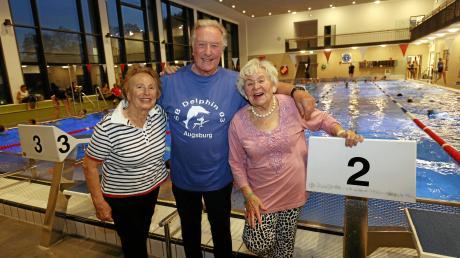 Renate Beuter (von links), Wolfgang Sieber und Ludwine Jaser sind 70 Jahren Mitglieder des SB Delphin Augsburg. Im Plärrerband trafen sie sich, um in Erinnerungen zu schwelgen.