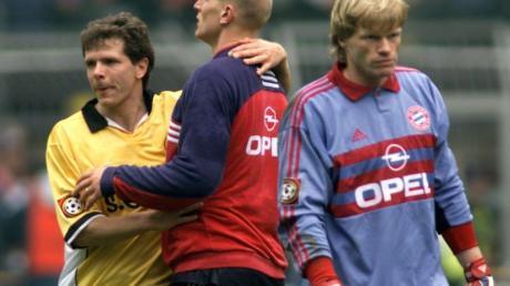 Bayern-Torhüter Oliver Kahn geht an dem Dortmunder Andreas Möller (l) und an seinem Mannschaftskameraden Carsten Jancker (M) vorbei.