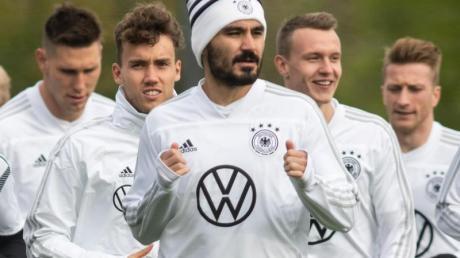 Ilkay Gündogan (M) nimmt am Training der Nationalmannschaft teil. Foto: Bernd Thissen/dpa