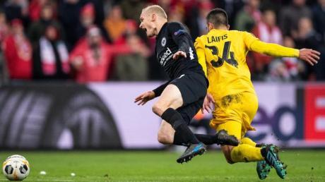 Lüttichs Kostas Laifis (r) foult Eintracht-Spieler Sebastian Rode. Foto: Marius Becker/dpa