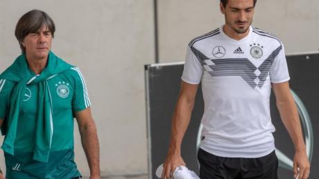 Bald wieder vereint im DFB-Team: Bundestrainer Joachim Löw (l) und Mats Hummels.