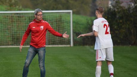 Wir schaffen das! Neusäß' Trainer Charly Pecher klatscht sich mit Paul Schmuck ab. Im Kellerduell mit dem TSV Babenhausen erhofft man sich im Lohwald einen Fingerzeig auf den weiteren Saisonverlauf.