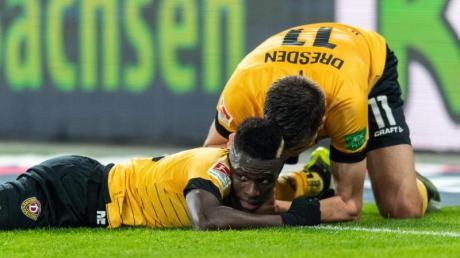 Moussa Kone (l) feiert mit Dynamo-Torschütze Alexander Jeremejeff.