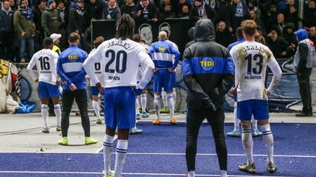 Die Hertha-Profis mussten sich nach der Heimpleite gegen Leipzig gegenüer ihren Fans erklären. Foto: Andreas Gora/dpa
