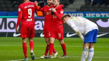 Timo Werner (r) jubelt mit Yussuf Poulsen (l) und Konrad Laimer über den Treffer zum 4:1 gegen Hertha BSC. Foto: Andreas Gora/dpa