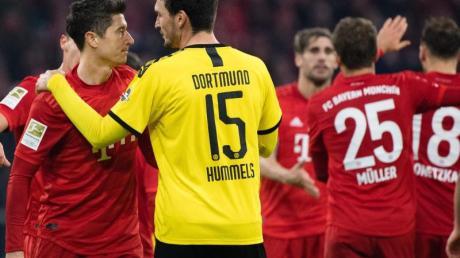 Nach der Niederlage wechselt BVB-Ersatzkapitän Mats Hummels (15) einige Worte mit Bayern-Torjäger Robert Lewandowski (r).