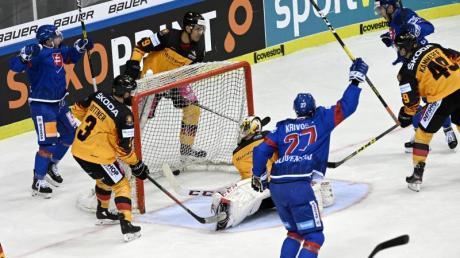 Die Manschaft der Slowakei freut sich über den Treffer zum 2:1. Foto: Henning Kaiser/dpa