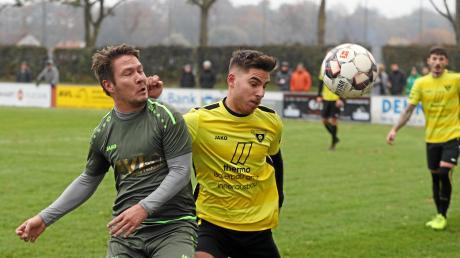 Stätzlings Franz Losert (links) in einem der vielen intensiven Zweikämpfe – hier gegen Gersthofens Andreas Durner. Gersthofen setzte sich letztlich mit 3:1 durch.