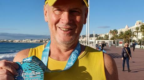 Karl-Heinz Berger mit seiner Finisher-Medaille in Cannes.