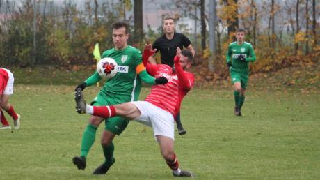 Eine mit spielentscheidende Szene in Nördlingen: Palatin grätscht Taglieber beim Konter um und sieht von Schiedsrichter Stadelmayer dafür rot.