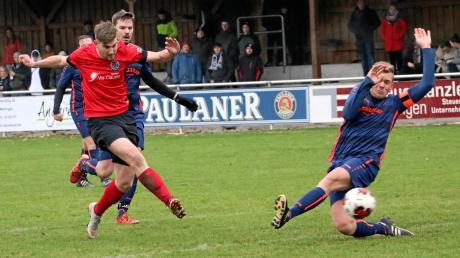 Unzählige Angriffe fuhren Florian Knörzer und der TSV Herbertshofen beim 4:1-Sieg gegen den FC Langweid. Auch hier kommt FCL-Kapitän Dominik Schachinger (rechts) zu spät.