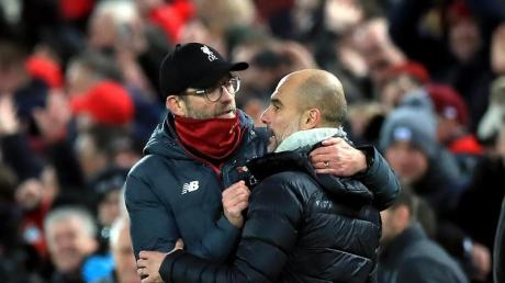 Liverpools Trainer Jürgen Klopp (l) und Man-City-Coach Pep Guardiola umarmen sich nach dem Abpfiff. Foto: Peter Byrne/PA Wire/dpa
